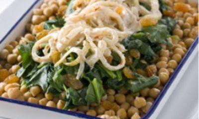 Recept voor kikkererwten met spinazie en uien-yoghurtsaus