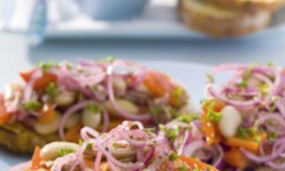 Recept voor tonijnbruschetta met geroosterde paprika's en reuzenbonen