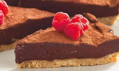 Recept voor no-bake-chocoladetaart met honing en frambozen