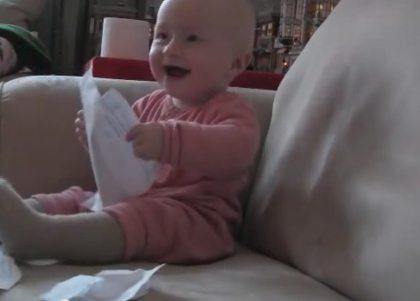 Baby lacht zich rot om scheurend papier