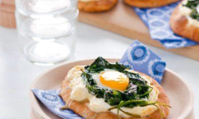 Recept voor naanpizza's met spinazie, geitenkaas en eitje