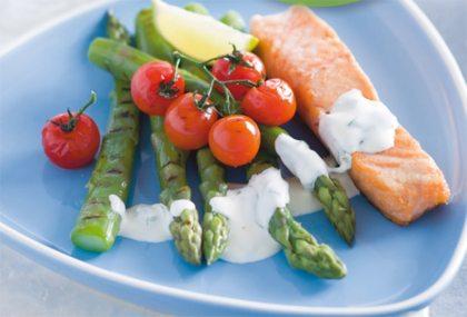 Recept voor zalm met groene asperges, tomaat en basilicum-yoghurtsaus