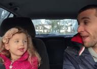 Vader en dochter zingen duet in de auto