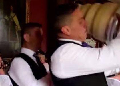 Video: daar gaat de bruidstaart