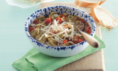 Recept voor stevige gevulde tomatensoep met groene tortelloni