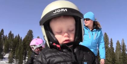 Zo schattig: jongetje valt in slaap tijdens het skiën