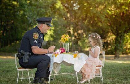 Zo zoet: politieagent redt leven van meisje en krijgt high tea als dank