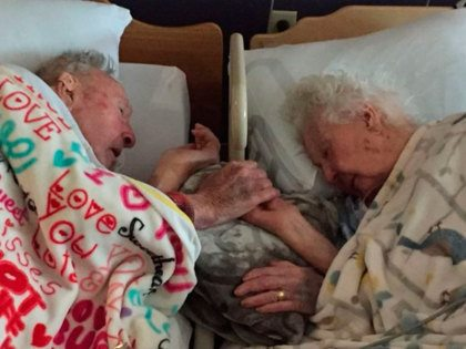 100-jarige man houdt hand vast van stervende vrouw na 77 jaar huwelijk