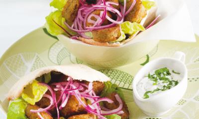 Recept voor broodje falafel met gemarineerde rode ui