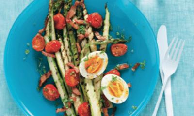Recept voor gegrilde groene asperges met spekjes, tomaat en ei