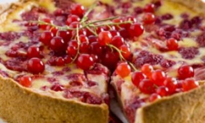 Taart met gemengd rood fruit