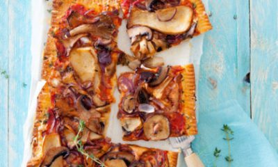 Recept voor pizza met gemengde paddestoelen, rode ui en tijm