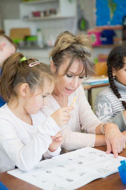 Juf Kiet geeft les aan vluchtelingkinderen