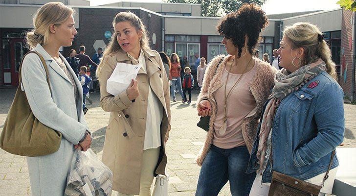 De Luizenmoeders op het schoolplein