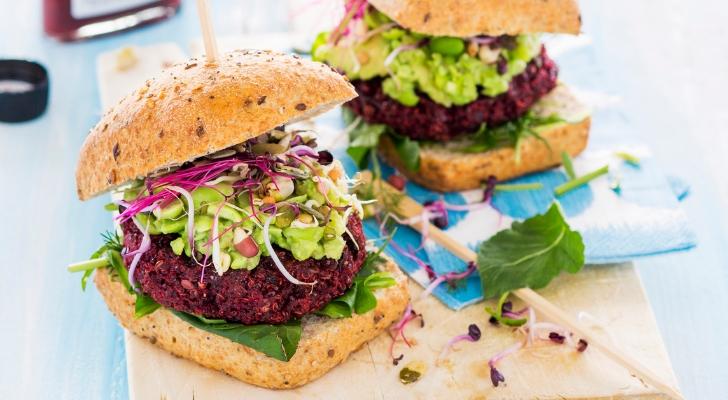 Recept voor feestelijke vegaburger van bieten en quinoa