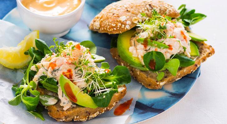 Slank recept: krabsalade met veldsla, plakjes avocado en tuinkers