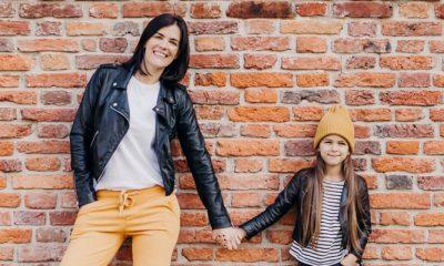Moeder met kind gaan hand in hand op de foto voor een fotoshoot in de modeproductie van Vriendin