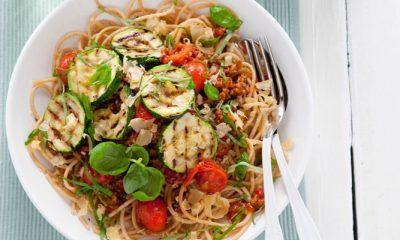 Slank recept: spaghetti met kerstomatensaus en gegrilde courgette