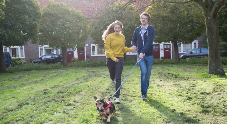Annemiek Lely met vriend Thom en hond