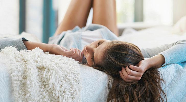Vrouw ligt te rusten. Tinnitus genezen? Dit is wat je tegen oorsuizen kunt doen