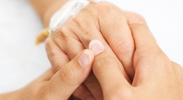Handen van twee mensen die elkaar steunen. Vandaag is het Wereldkankerdag: lees hier wat jij kunt doen