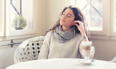 Vrouw neemt rust door tinnitus
