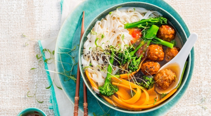 Recept voor kruidige meatball ramen met broccoli