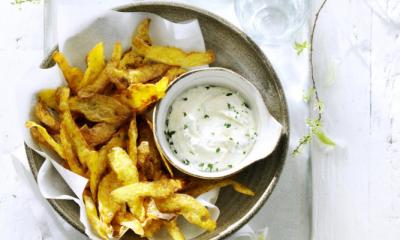 Recept voor gefrituurde aardappelschillen met knoflookmayonaise