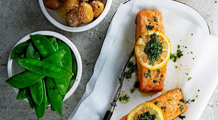 Recept voor plantaardige zalmfilet uit de oven met citroen, kruidenolie en peultjes