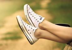 Witte schoenen schoonmaken: met deze tips worden ze weer stralend wit