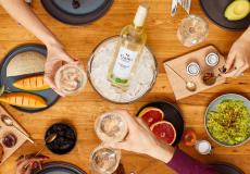 Win 10x een exclusieve wijnproeverij op het strand voor jou en je vriendin